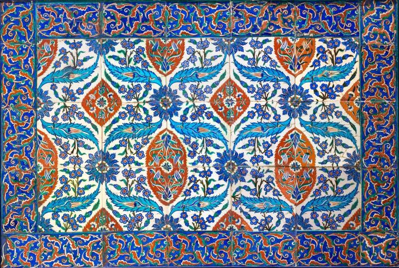 De stijl van de ottomaneera verglaasde keramische tegels van Iznik Turkije met bloemenversieringen wordt verfraaid die stock afbeelding