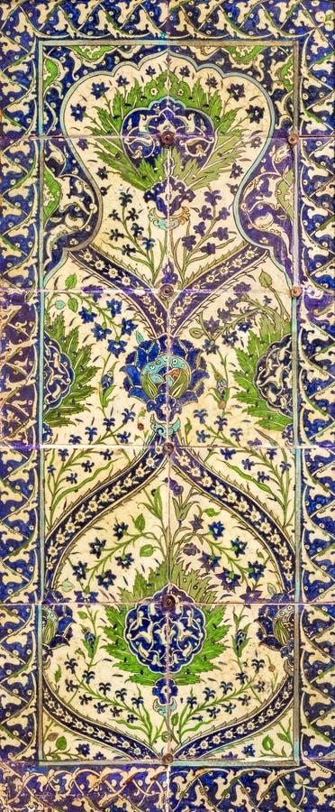 De stijl van de ottomaneera verglaasde keramische tegels van Iznik Turkije met bloemenversieringen wordt verfraaid die royalty-vrije stock fotografie