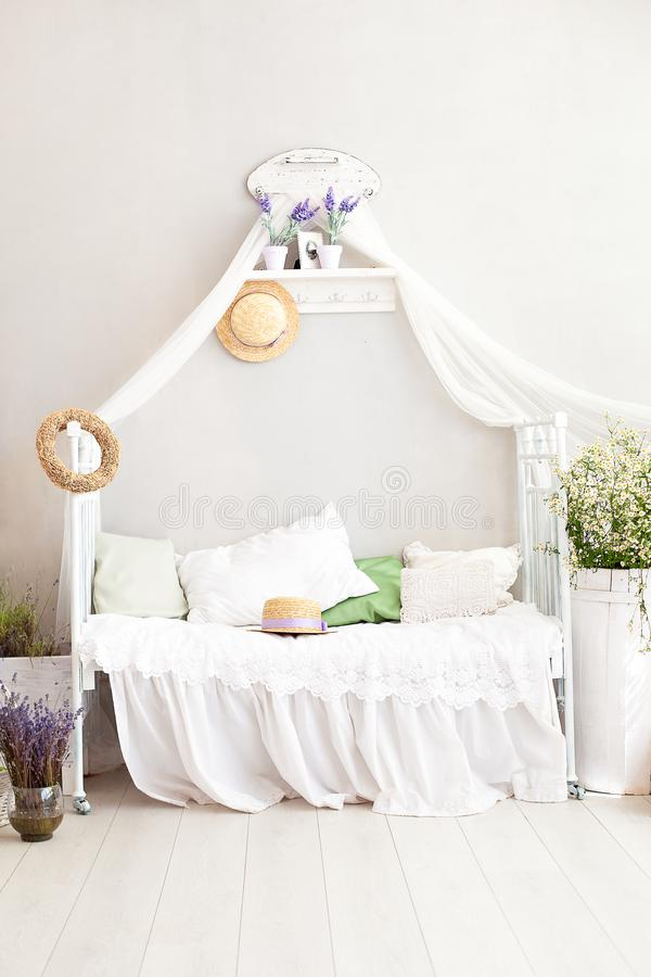 De stijl van de Provence, rustieke stijl! Sjofele elegante binnenlandse girly provencal-Stijl slaapkamer Het uitstekende ruimtebi royalty-vrije stock foto