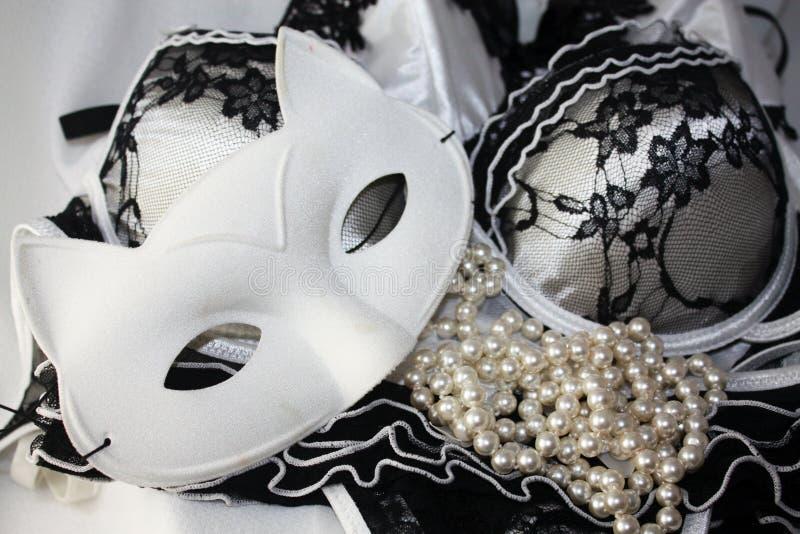 De stijldetail van de glamourmanier van masker en kanten lingerie Verleidelijk de dameconcept van de luxeschoonheid stock foto's