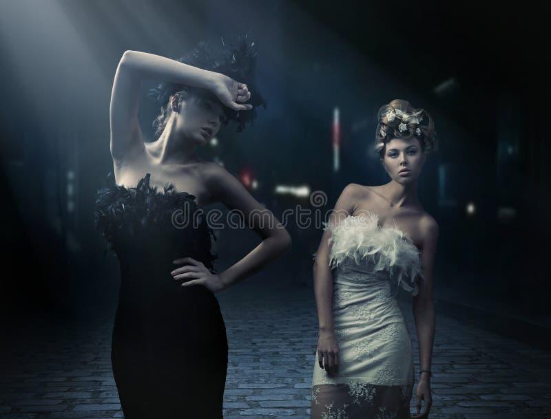 De stijlfoto van de mode van een twee manierdames royalty-vrije stock fotografie