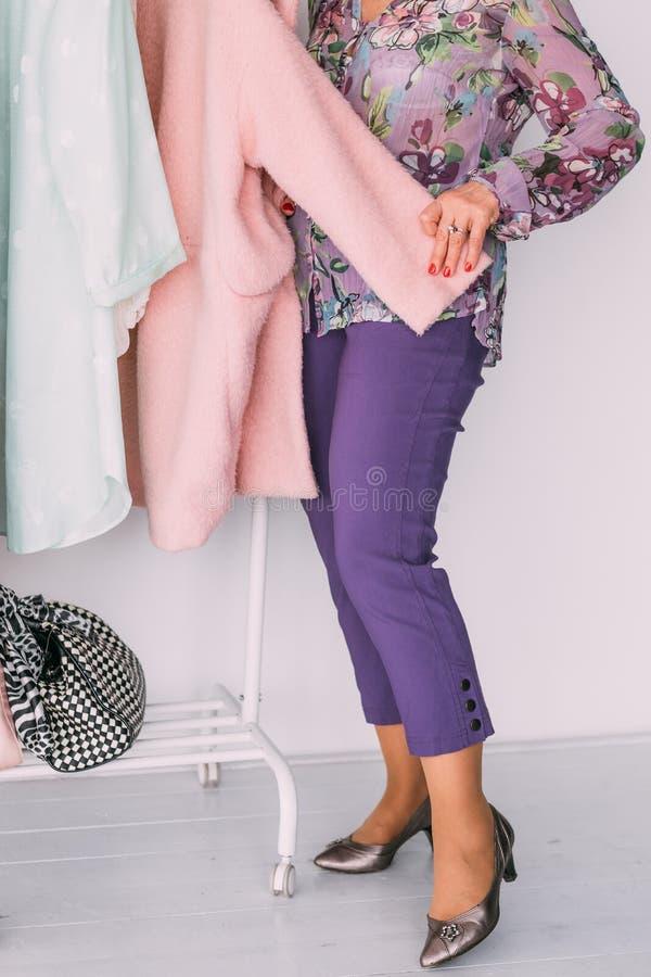 De stijlgarderobe van de vrouwenmanier het winkelen roze laag stock foto
