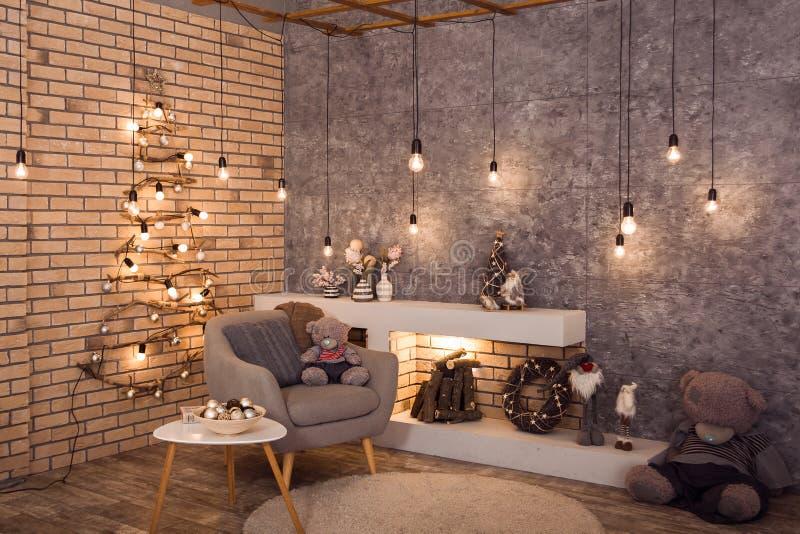 De stijlruimte van de de winterzolder met Kerstmisdecoratie stock fotografie