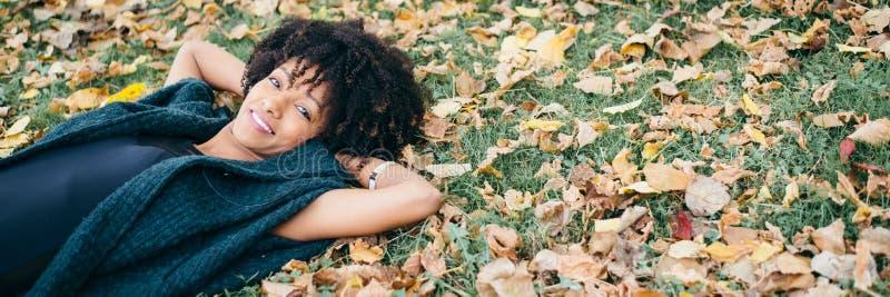 De stijlvrouw die van het Afrohaar de herfst van seizoen genieten royalty-vrije stock afbeeldingen