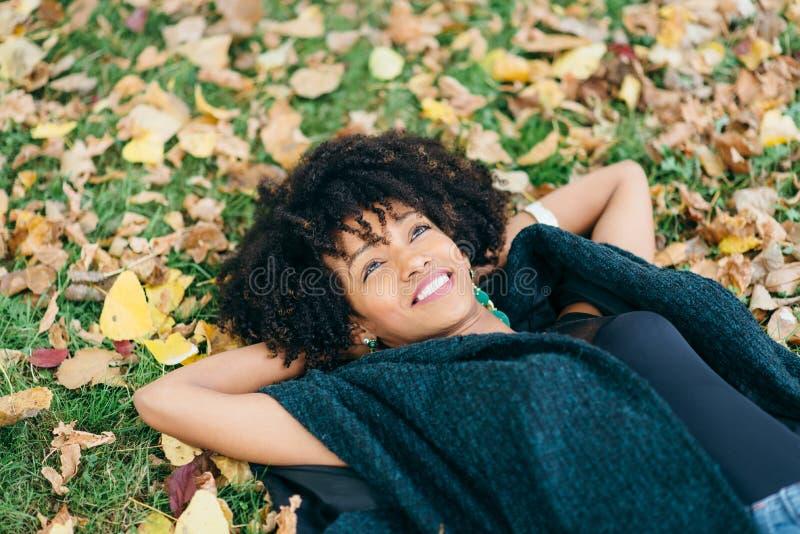 De stijlvrouw van het Afrohaar het daydraming in de herfst stock foto