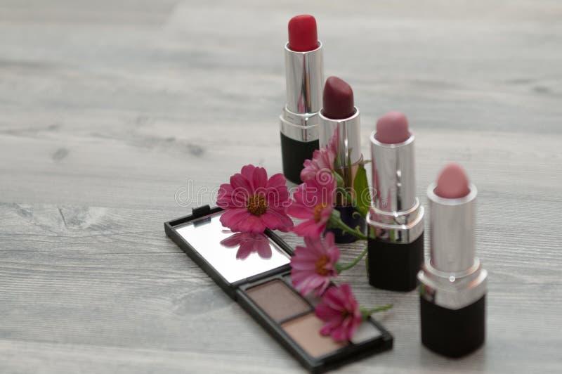 De stilist maakt schoonheidsmiddelen Schoonheidsmiddelen in de schoonheidssalon stock foto's