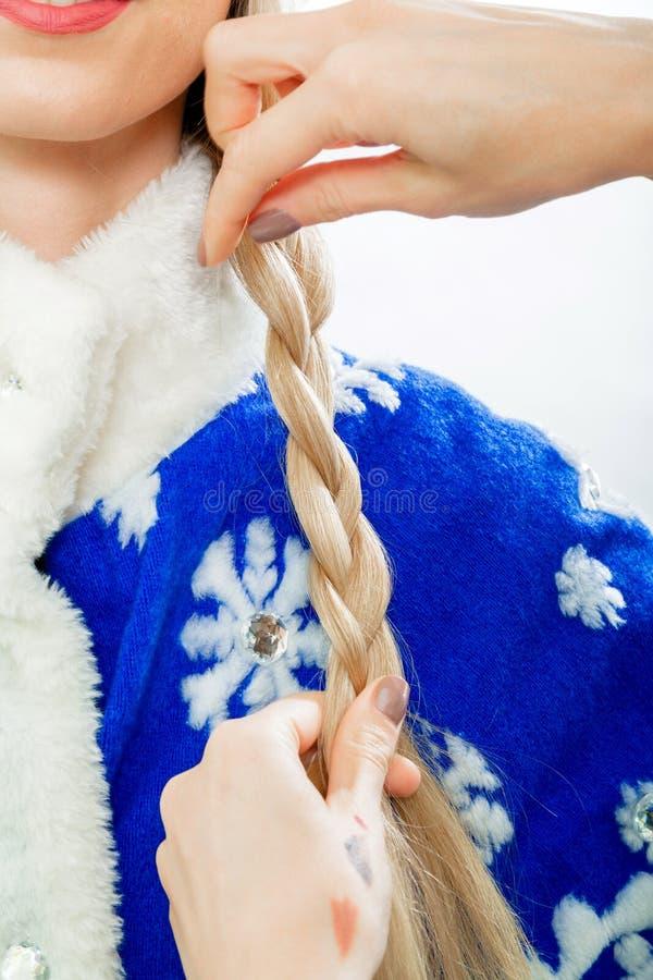 De stilist ` s overhandigt vlechtenvlecht voor Sneeuwmeisje royalty-vrije stock foto's