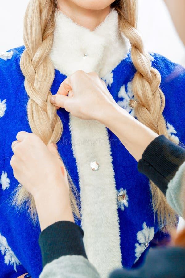 De stilist ` s overhandigt vlechtenvlecht voor Sneeuwmeisje royalty-vrije stock fotografie