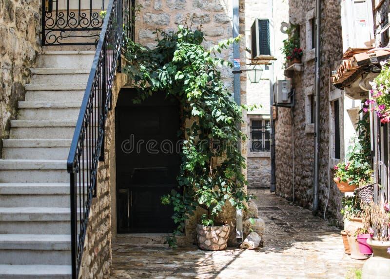 De stille binnenplaats van oude stad Budva, Montenegro royalty-vrije stock foto