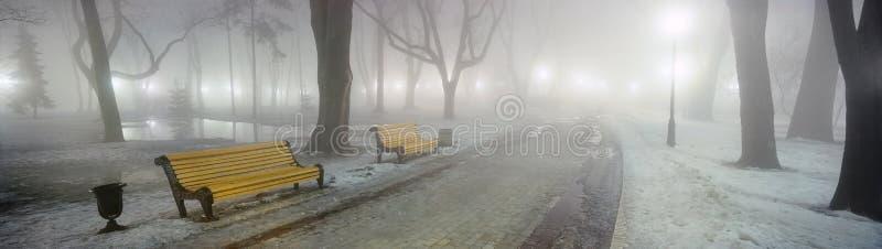 De stille, schaduwrijke, oude linden, esdoorns en kastanjebomen, het park is een uniek monument van landschapskunst van het verle stock foto