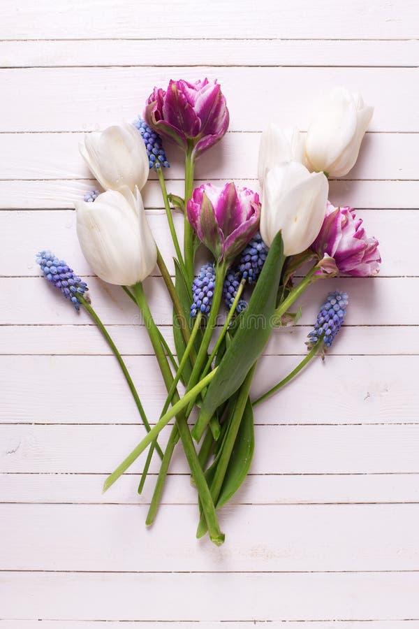 De stillevenvlakte legt bloemenfoto stock afbeelding