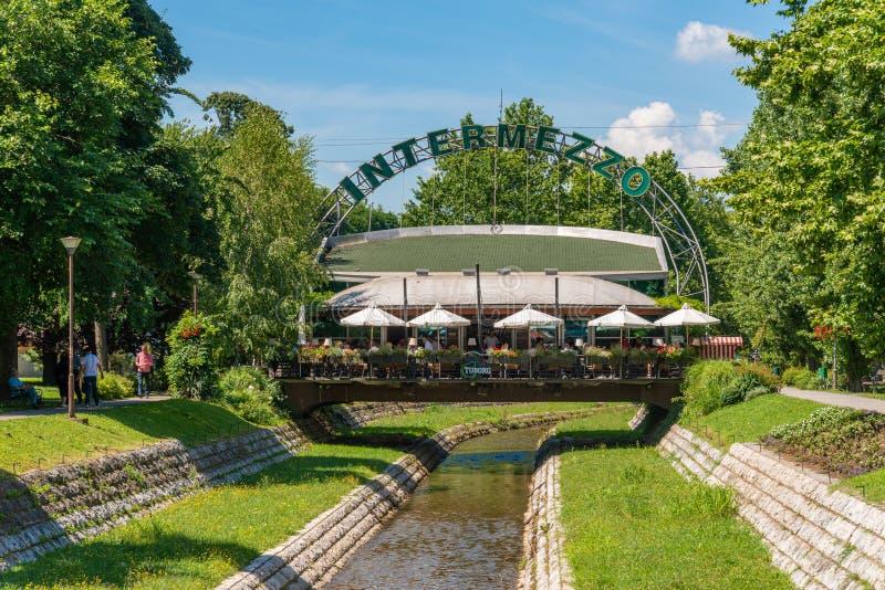 De rivier de Stira in het centrum van Loznica Intermezzo-restaurant in het centrum van Loznica in Servië royalty-vrije stock foto's