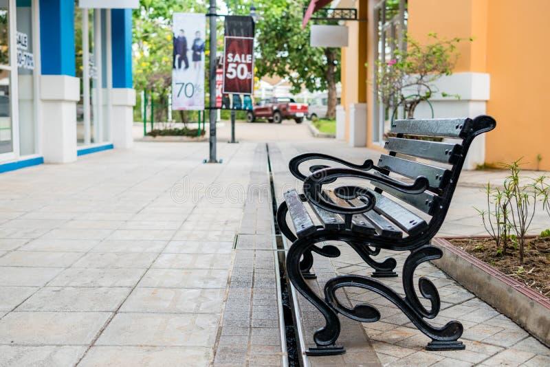 De stoel in parkeerplaats bij winkelcomplex royalty-vrije stock fotografie