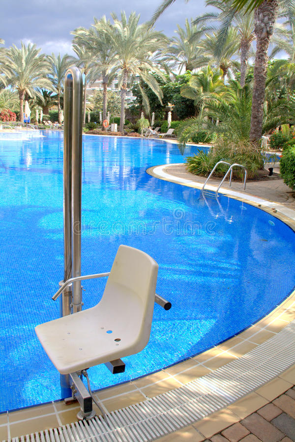 De stoel van de pool voor gehandicapten royalty-vrije stock foto's