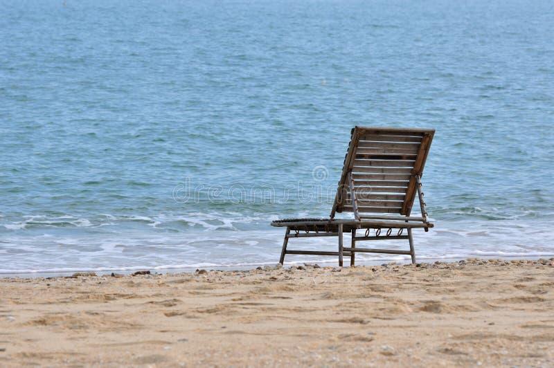 De stoel van de rust op overzees zand