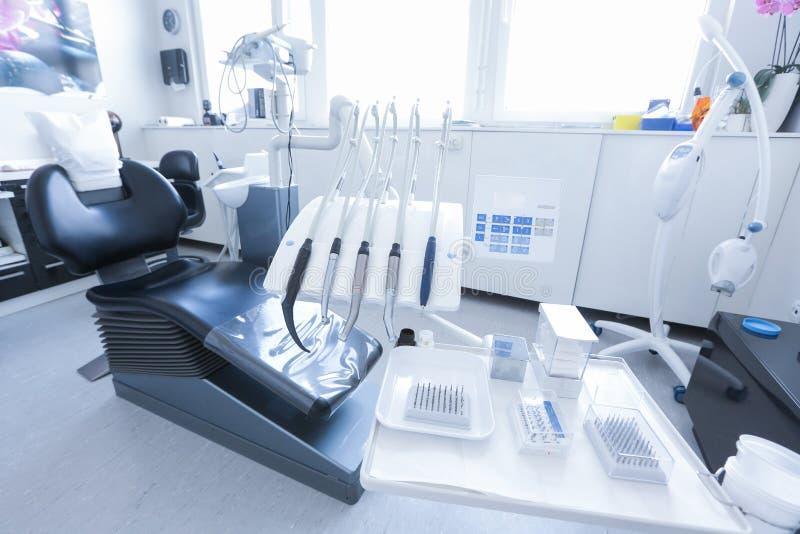 De stoel van de tandarts met hulpmiddelen en boren stock foto's