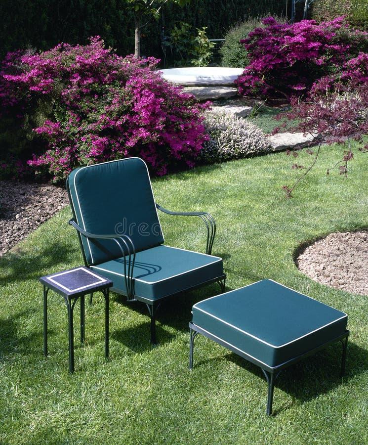 De stoel van de tuin op groen gras stock foto's