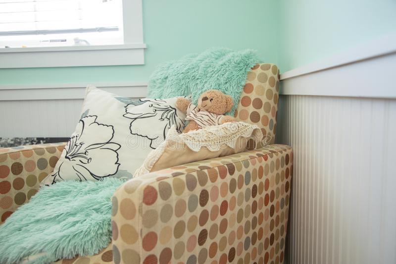 De stoel van het babykinderdagverblijf met deken stock foto's