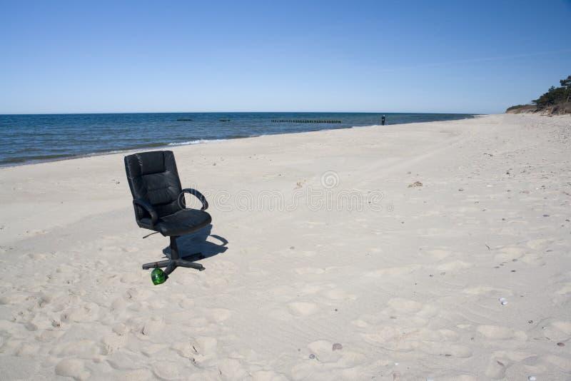 De stoel van het bureau op het strand royalty-vrije stock fotografie