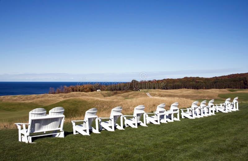 De stoelen van Adirondack op het golfcursus van Michigan. royalty-vrije stock fotografie