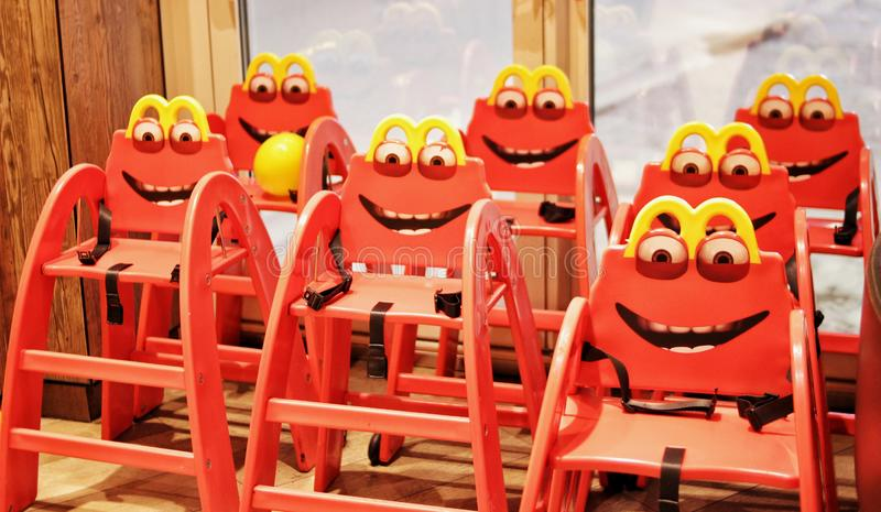 De stoelen van grappige rode kinderen in een koffie royalty-vrije stock fotografie