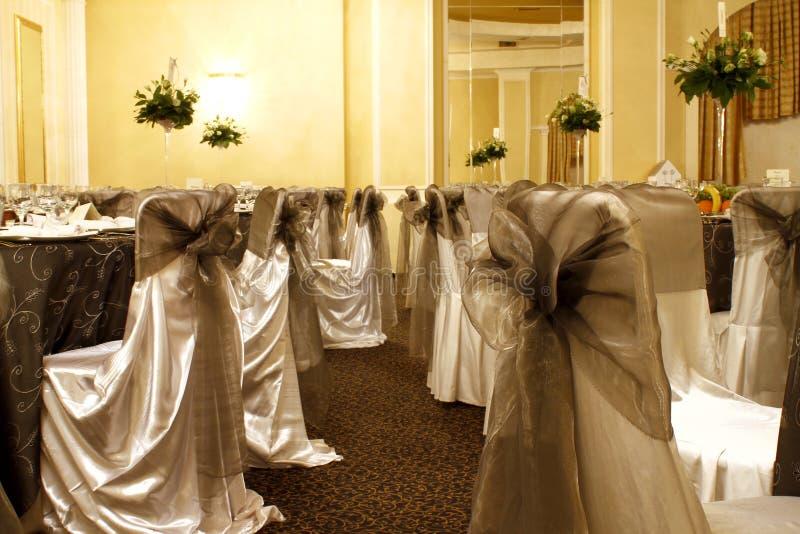 De stoelen van het huwelijk in een partij of gebeurtenisbalzaal stock fotografie