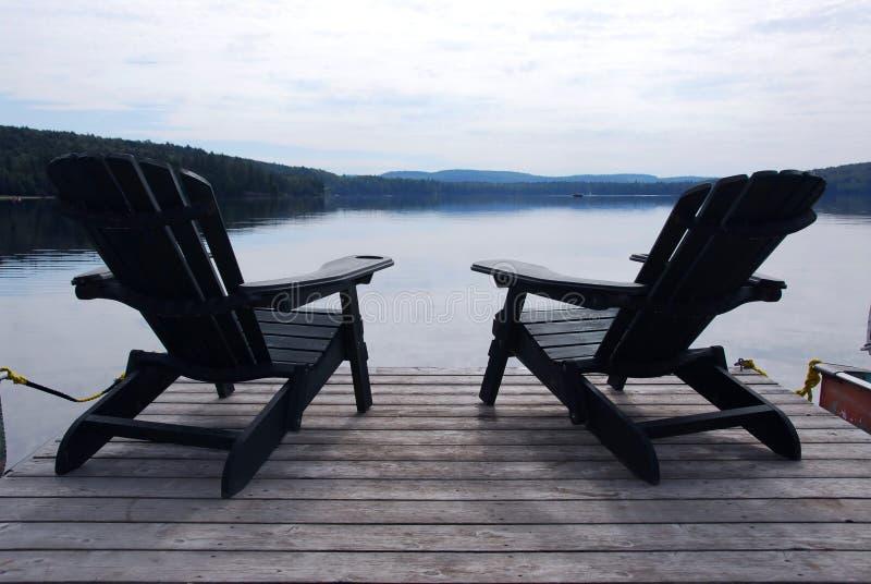 De stoelen van het meer