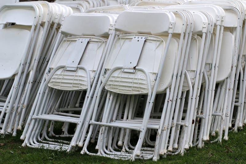De stoelen zijn klaar voor het huwelijk stock fotografie