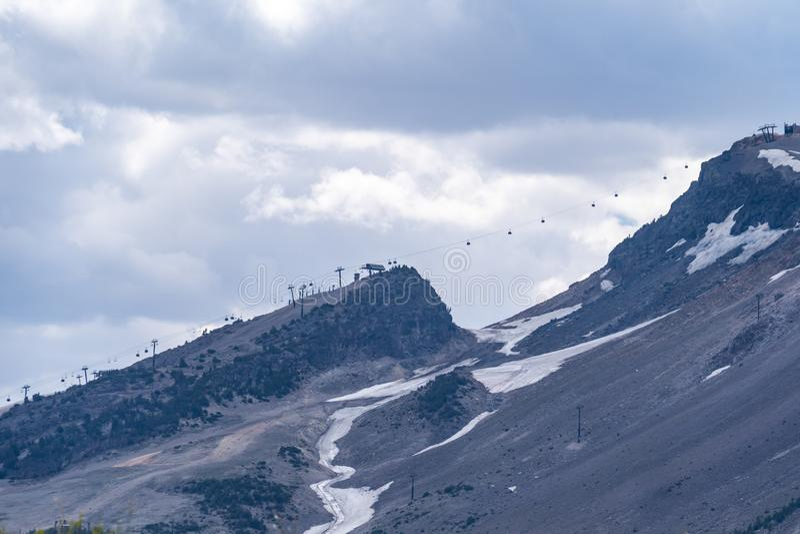 De stoeltjeslift die van de berggondel in de zomer bij de Mammoettoevlucht van de Bergski lopen royalty-vrije stock afbeelding