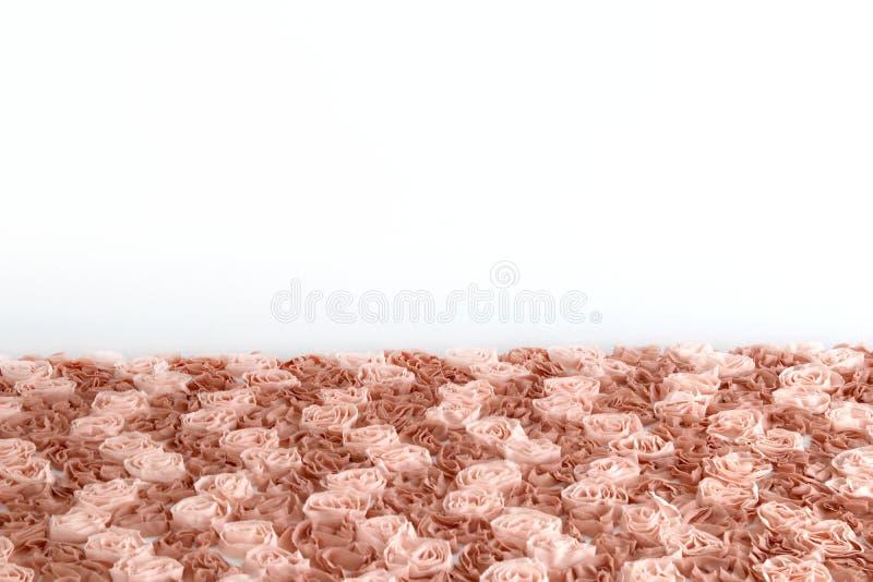 De stof nam bruine de stoffen abstracte textuur van de pastelkleurbloem voor lijstbovenkant met witte muurachtergrond toe stock afbeelding