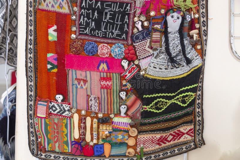 De Stoffen van de Woovenwol veelkleurige Andes textiel, traditionele kleurrijke Textuur Als achtergrond Cusco - per stock foto