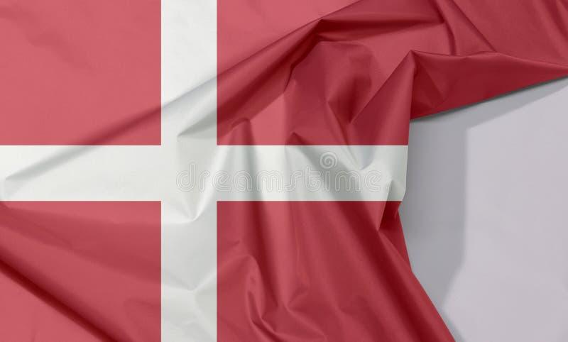 De de stoffenvlag van Denemarken omfloerst en vouwt met witte ruimte royalty-vrije stock afbeeldingen
