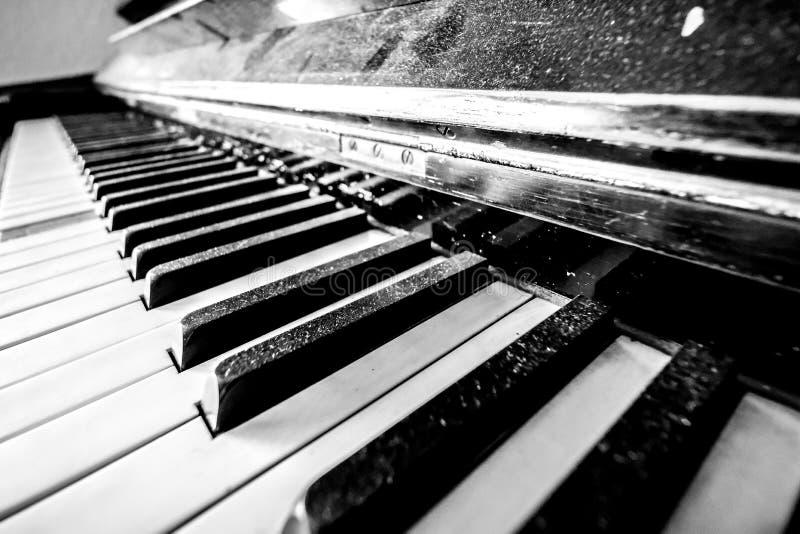 De stoffige sleutels van de Piano stock afbeeldingen