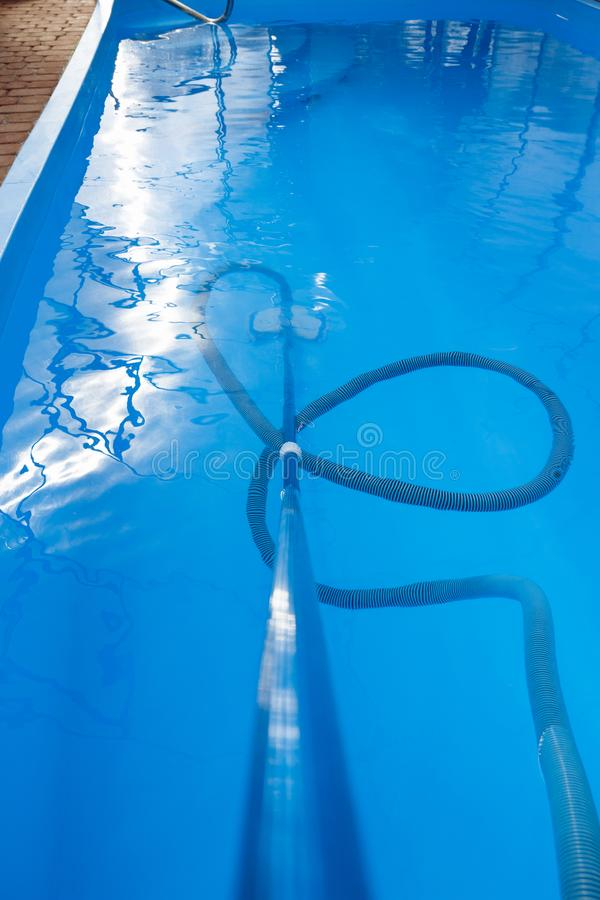 De stofzuiger voor de pool, maakt en geeft voor de bodem van de pool schoon verzamel, absorbeer huisvuil en vuil royalty-vrije stock afbeelding