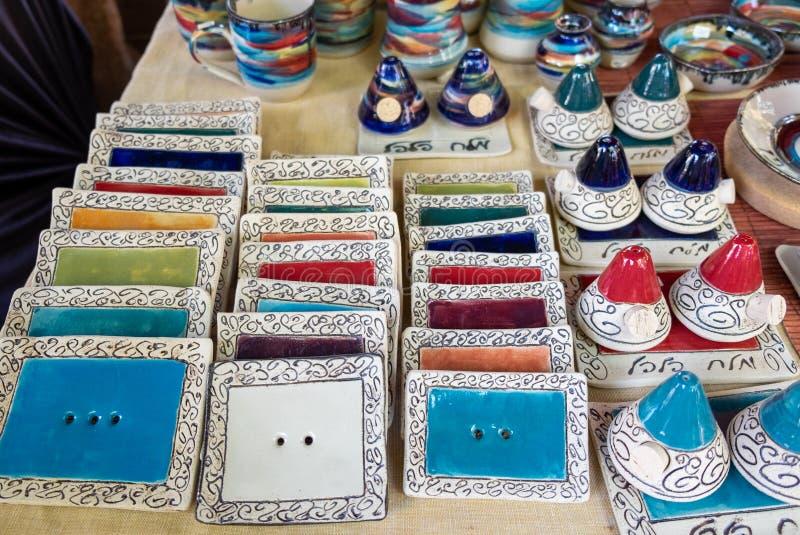 De stok ceramische die houders van het wierookaroma bij ambachtsmarkt worden verkocht Tel Aviv royalty-vrije stock afbeeldingen