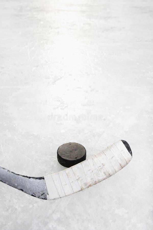 De stok en de puck van het hockey. stock afbeeldingen