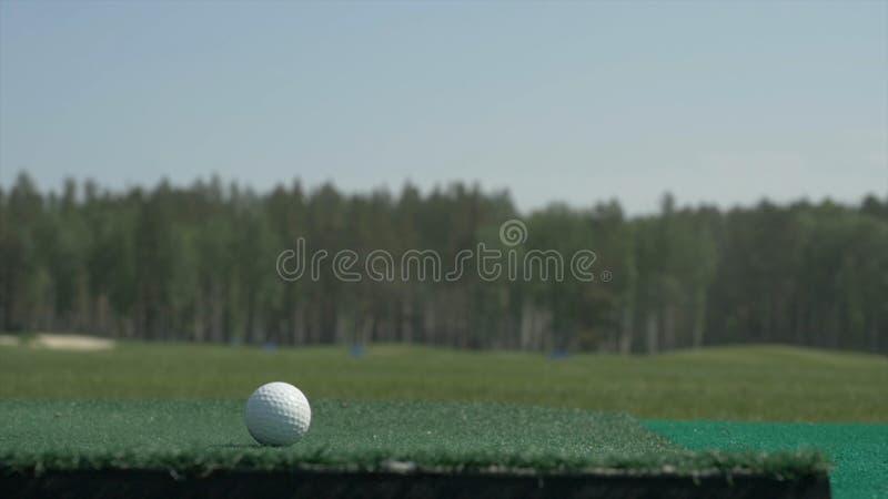 De stok op de bal Een golfclub op een golfcursus Golfmateriaal, golfbal en stok Sportcursus stock foto