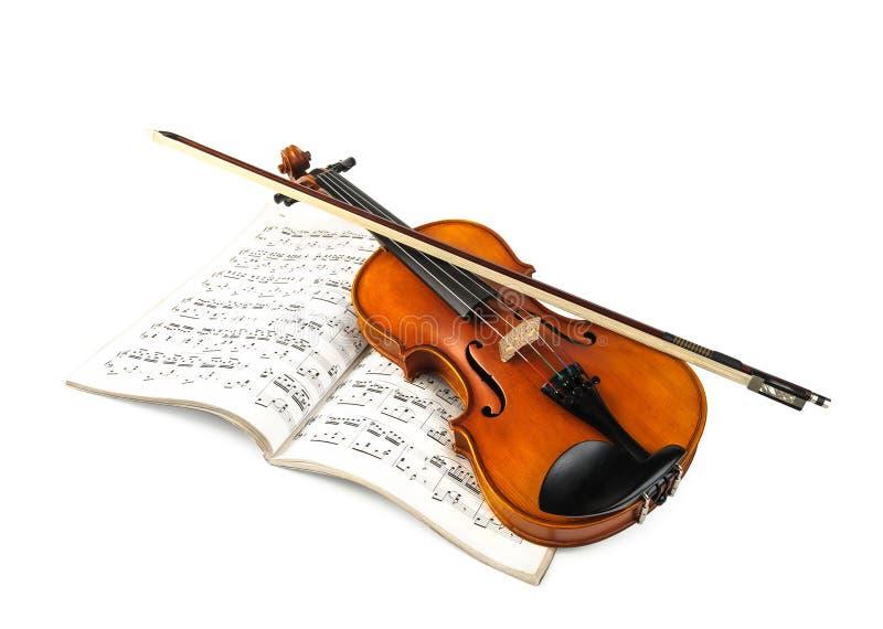 De stok van de viool en fiddle over score stock afbeeldingen