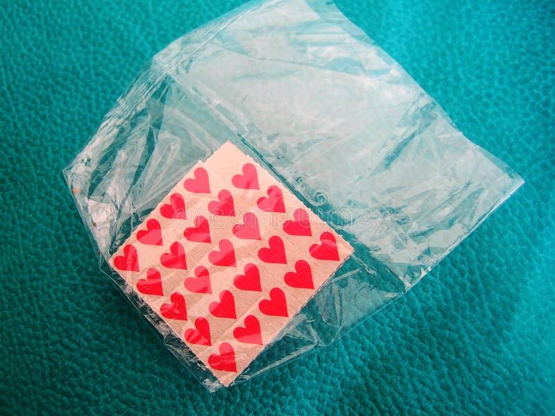 De stokdocumenten van LSD Kleine rode achtergrond macrobehangkleine lettertjes stock afbeelding