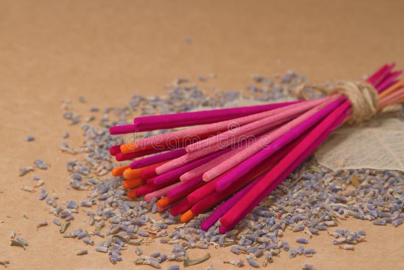 De stokken van de lavendelwierook met droge lavendel stock afbeeldingen