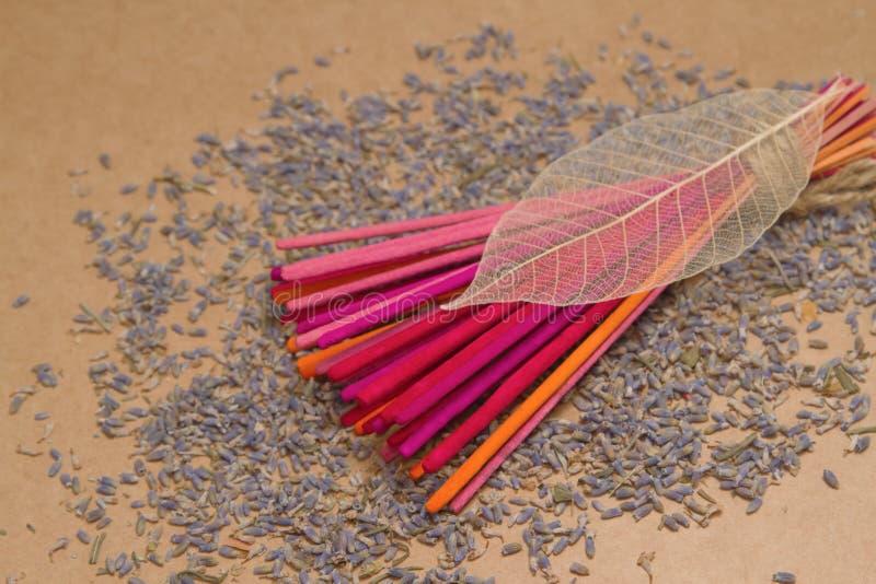 De stokken van de lavendelwierook met droge lavendel royalty-vrije stock foto