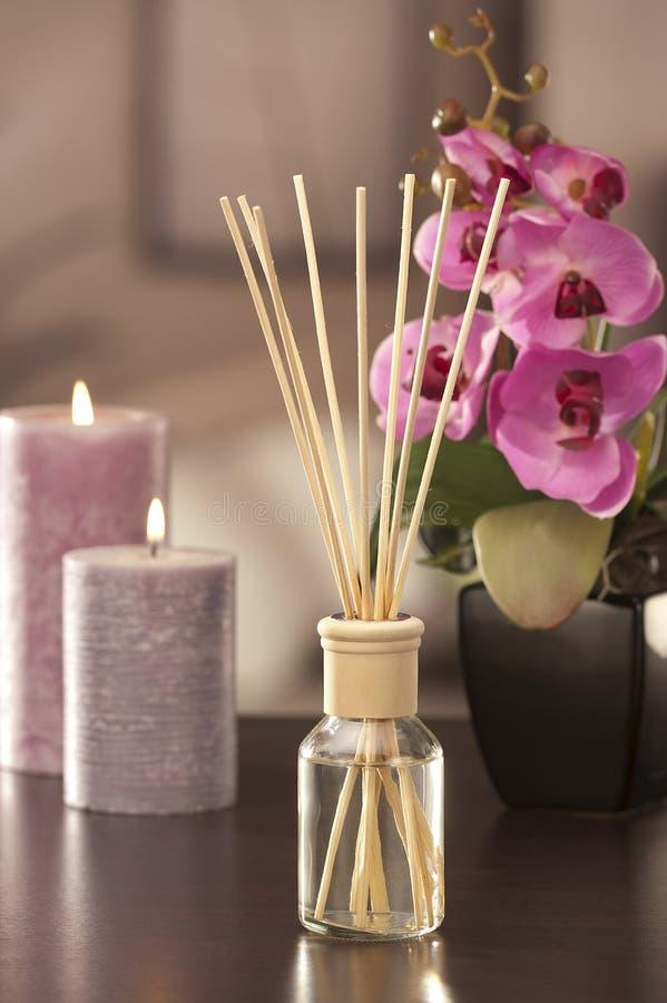 De stokken van de luchtverfrissing thuis met bloemen en ou van nadruk backgr stock foto