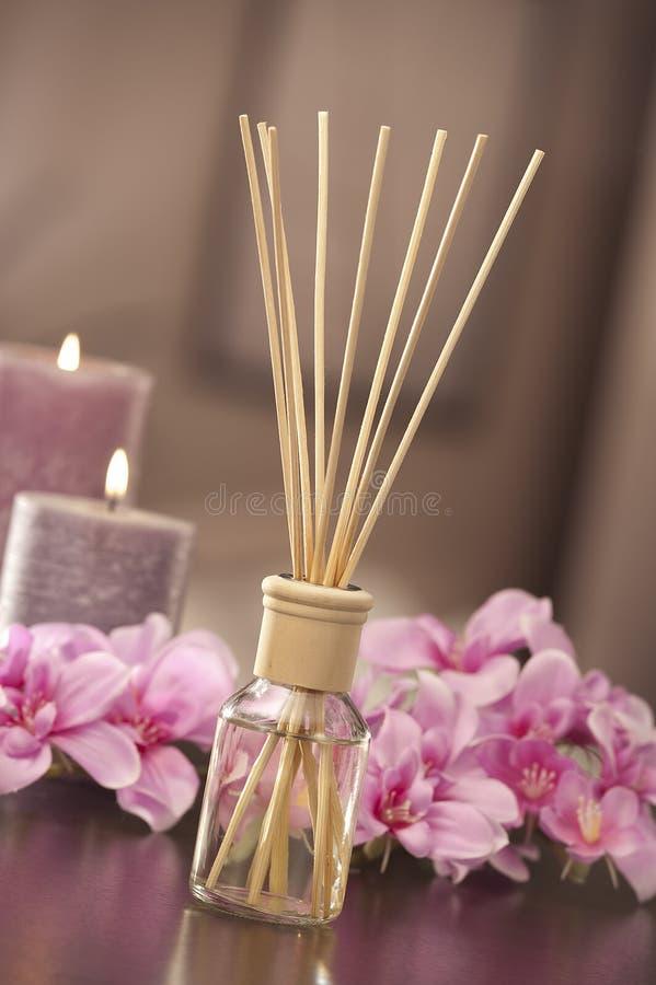 De stokken van de luchtverfrissing thuis met bloemen en ou van nadruk backgr royalty-vrije stock afbeelding