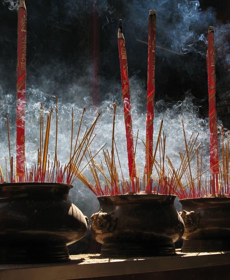 De stokken van het gebed, de Pagode van Thien Hau, Vietnam stock foto