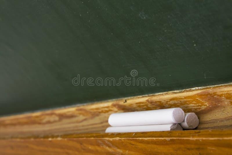 De stokken van het krijt in een schoolraad stock afbeeldingen