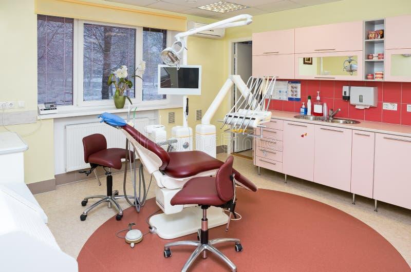 De stomatologiebinnenland van moderne tandkliniek met beroeps royalty-vrije stock afbeelding