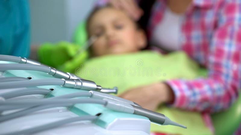 De stomatologiemateriaal in moderne kliniek, boringsmachine, pediatrische tandheelkunde royalty-vrije stock foto's