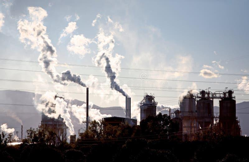 De stoom en de rook die van gassen uit industriële plaats komen stock foto
