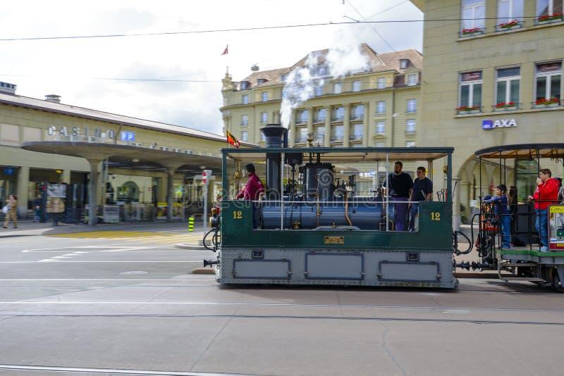 De stoomtram berijdt op stadssporen in Bern stock afbeelding
