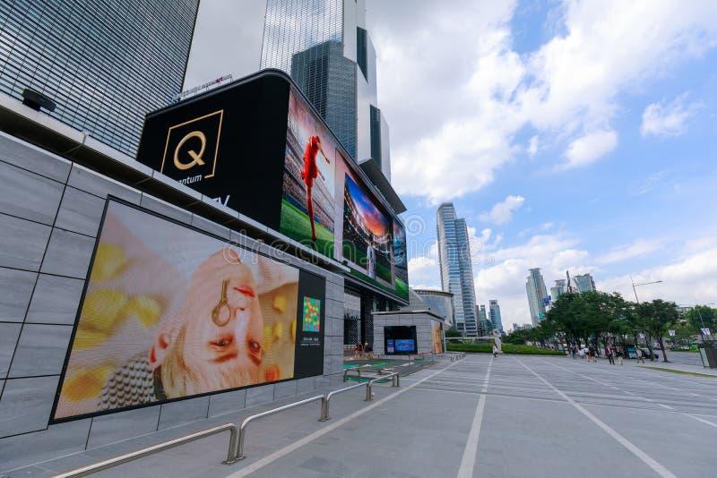 De stora LEDDE affischtavlorna runt om COEX-gallerian, Gangnam område, Seoul stad royaltyfria foton